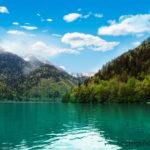 Абхазия. Озеро Рица на фоне гор.