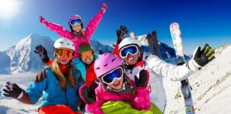 Красная Поляна. Семья отдыхает и катается на горнолыжном курорте.