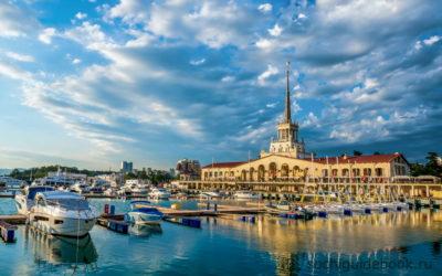 Здание морского порта города Сочи и причал с яхтами.