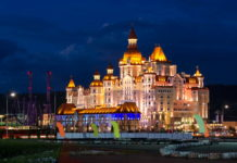 """Сочи Парк. Отель """"Богатырь"""". Вечер. Напоминает замок Дисней."""