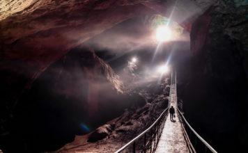 Внутреннее пространство Новоафонской пещеры. Туристы на экскурсии.