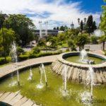 """Фонтаны и парк возле концертного зала """"Фестивальный"""" в Сочи."""